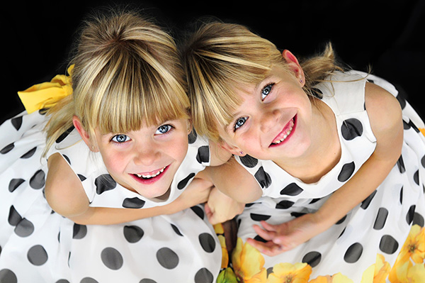 identical twins – eineiige zwillinge – portraits von A. + L. – artwork – by sabina roth – art + photography – fotografie + visualisierung, basel, zürich, schweiz – switzerland – susanne minder bildarchiv – picture collection susanne minder